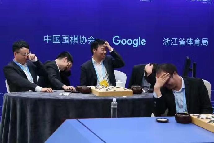 Image réaction des pros Chinois devant le coup final d'Alphago